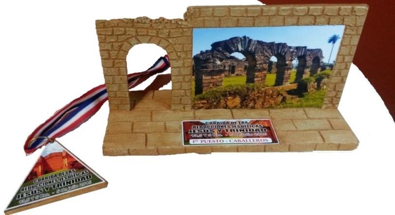 Medalla y premios para los participantes.