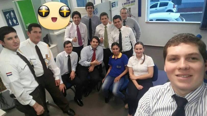 Compañeros de trabajos y amigos. Así retrató su reunión un divertido grupo que comparte el trabajo.