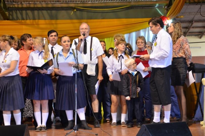 Los exalumnos de la Escuela entonaron las viejas canciones de su paso por el establecimiento.