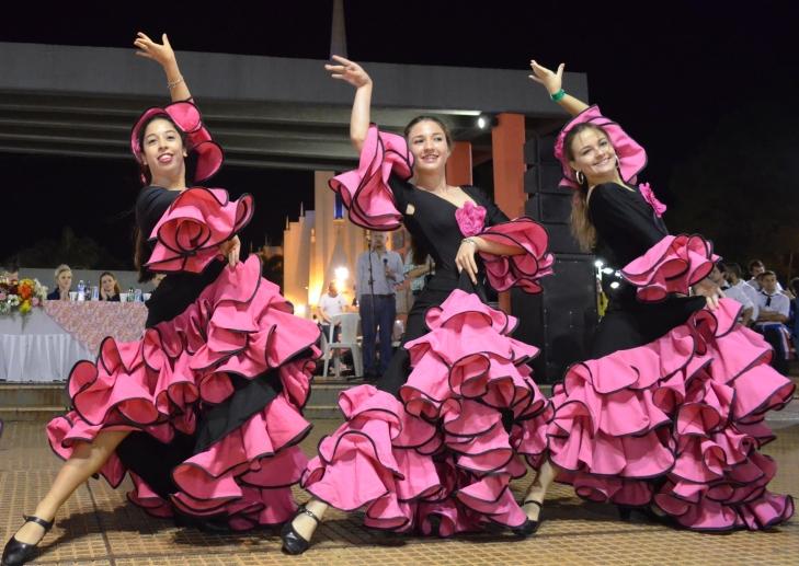 Los ballets de cada colectividad, un clásico en estas fiestas.