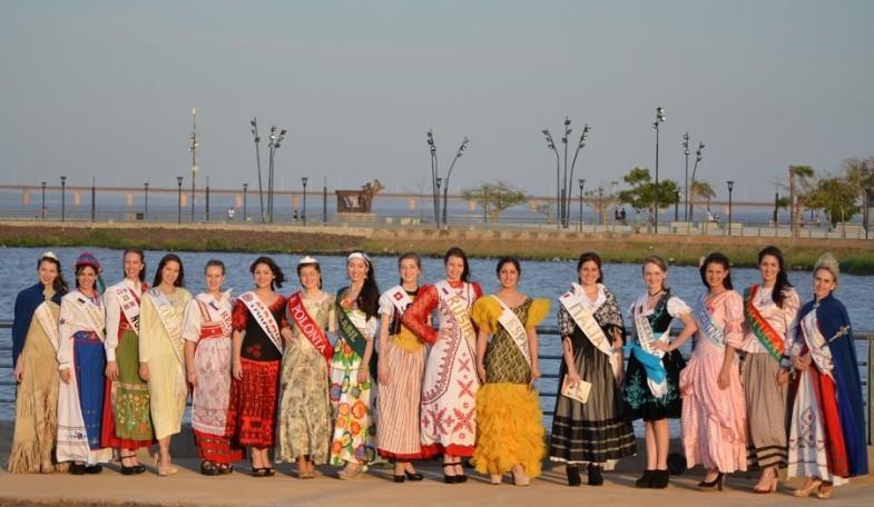 Las Reinas de las Colectividades, candidatas a Reina Nacional del Inmigrante, junto a la soberana 2014.