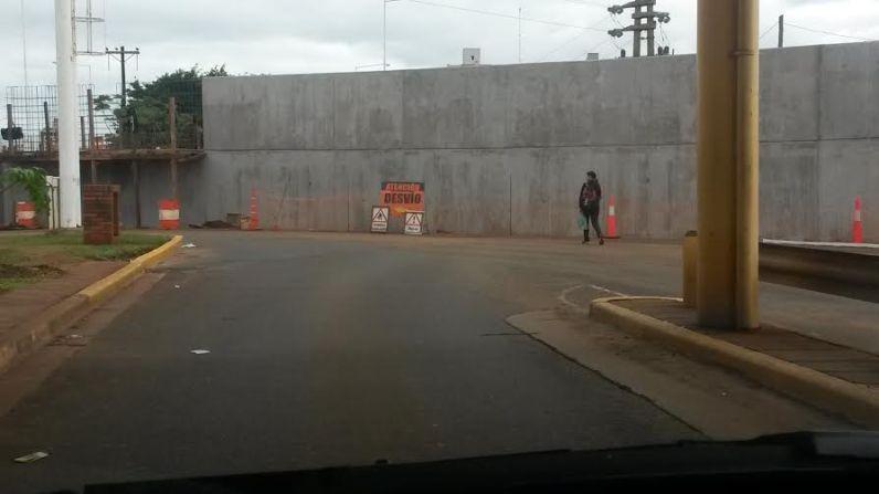 El paredón divide Aduanas de Posadas. Apenas se ingresa al país y se traspone la Aduana, aparece la mole de cemento.