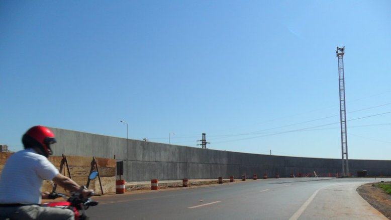 Con esta imagen, Change.org busca firmas para pedir que saquen el muro. De este lado, Aduanas y detrás, Posadas.
