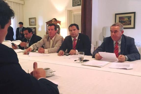 A la derecha, Gneiting, gobernador de Itapúa.