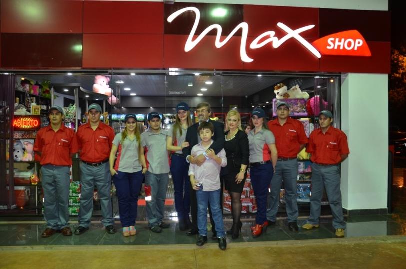 Familiares y amigos de los propietarios  en la apertura de Petromax de Bella Vista.